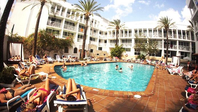 Het zwembad met eromheen de kamers van het Ibiza Rocks Hotel in San Antonio.
