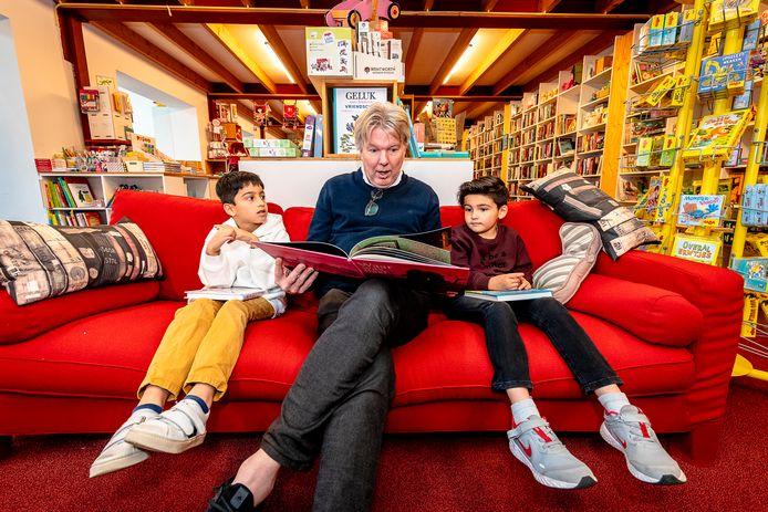 Kinderboekenweek van start bij de kleine kapitein in Rotterdam. Eigenaar Daniel Albering van De Kleine Kapitein leest twee kinderen voor.