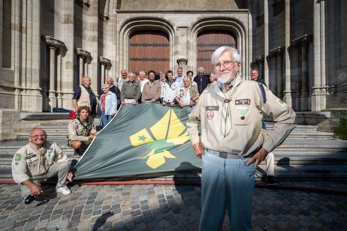 De oud-scouts, met Bob Engels, verzamelen voor de beklimming van Sint-Rombouts.