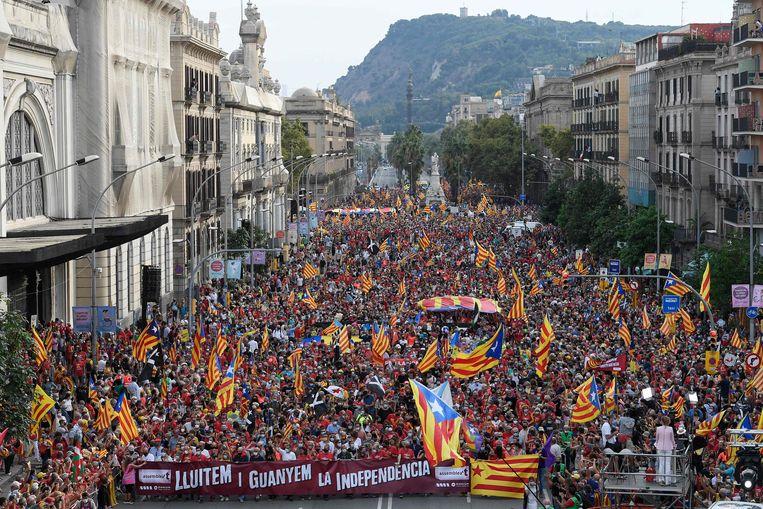 Betogers zwaaiden tijdens een grote demonstratie zaterdag in Barcelona met de Catalaanse pro-onafhankelijkheidsvlag. Beeld AFP