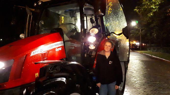 Suzie Peters bij haar trekker tijdens het boerenprotest.