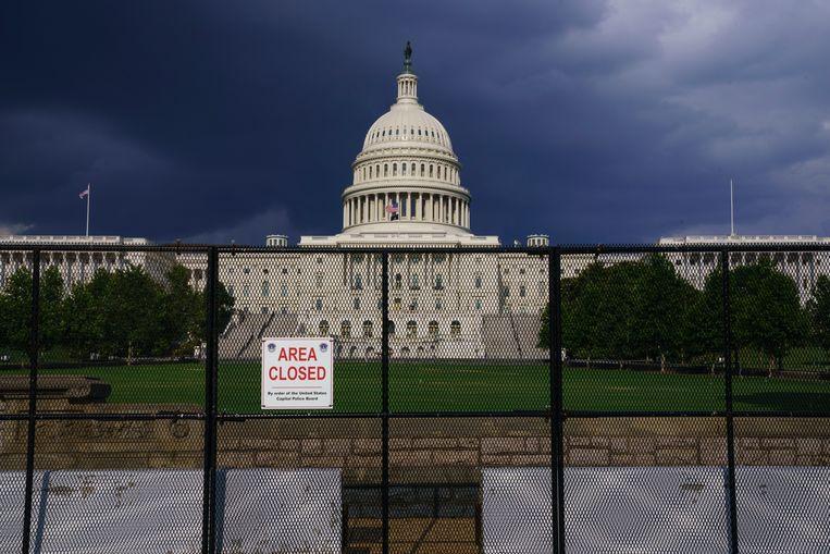 Het Capitool in Washington begin deze maand. De hekken die na de bestorming in januari zijn geplaatst, staan er nog steeds. Beeld AP