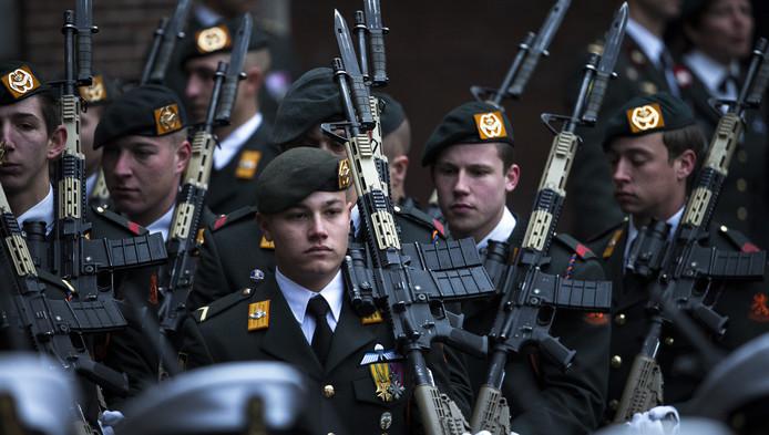 Militairen met een standaard Colt C7, een van de verdwenen wapens.