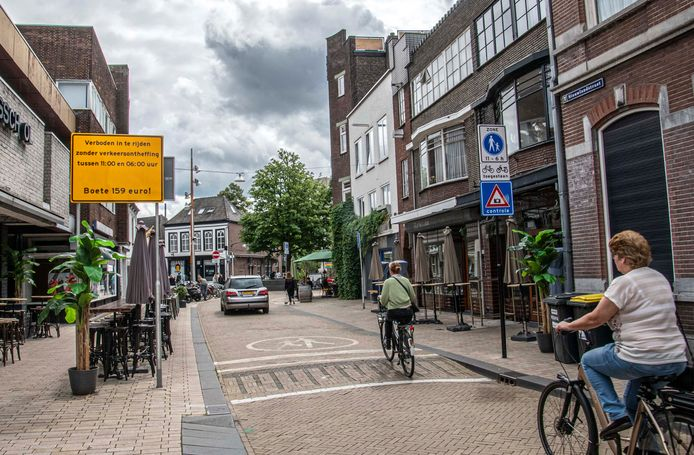 Zo wordt nu aangegeven dat de Nieuwlandstraat ter hoogte van het Radiopleintje autoluw is. Op links een extra waarschuwingsbord, op rechts de borden voetgangersgebied en cameracontrole.