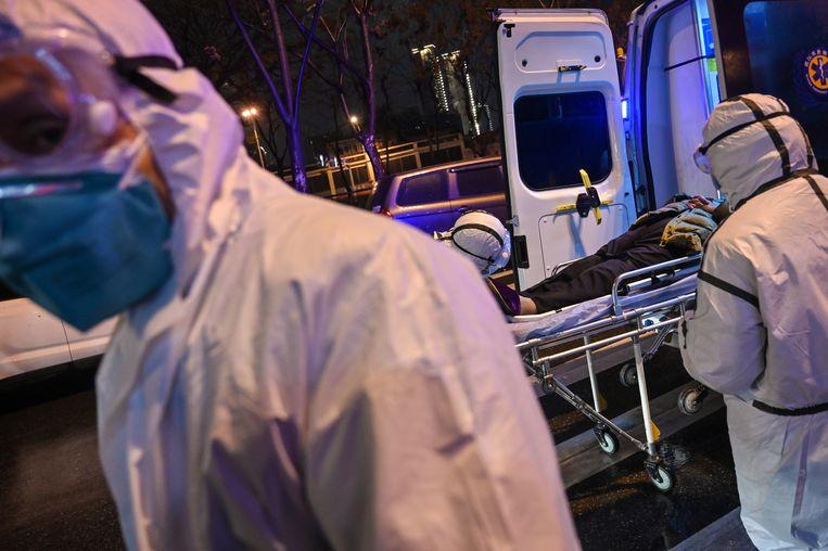 Medisch personeel van het ziekenhuis in Wuhan, 25 januari. Beeld AFP