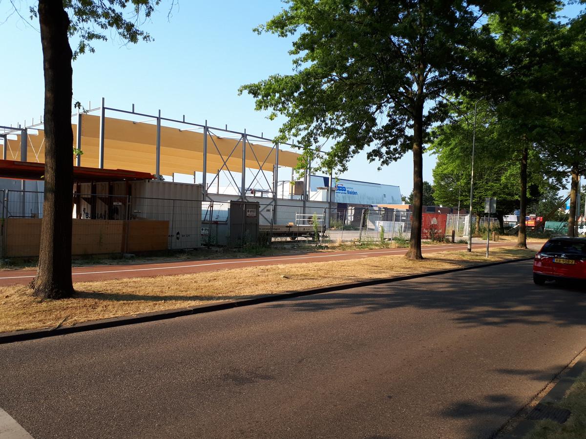 Rechts de 'oude' Veldschuur waar na onderzoek asbest werd aangetroffen. Links verrijst het nieuwe sportcentrum.