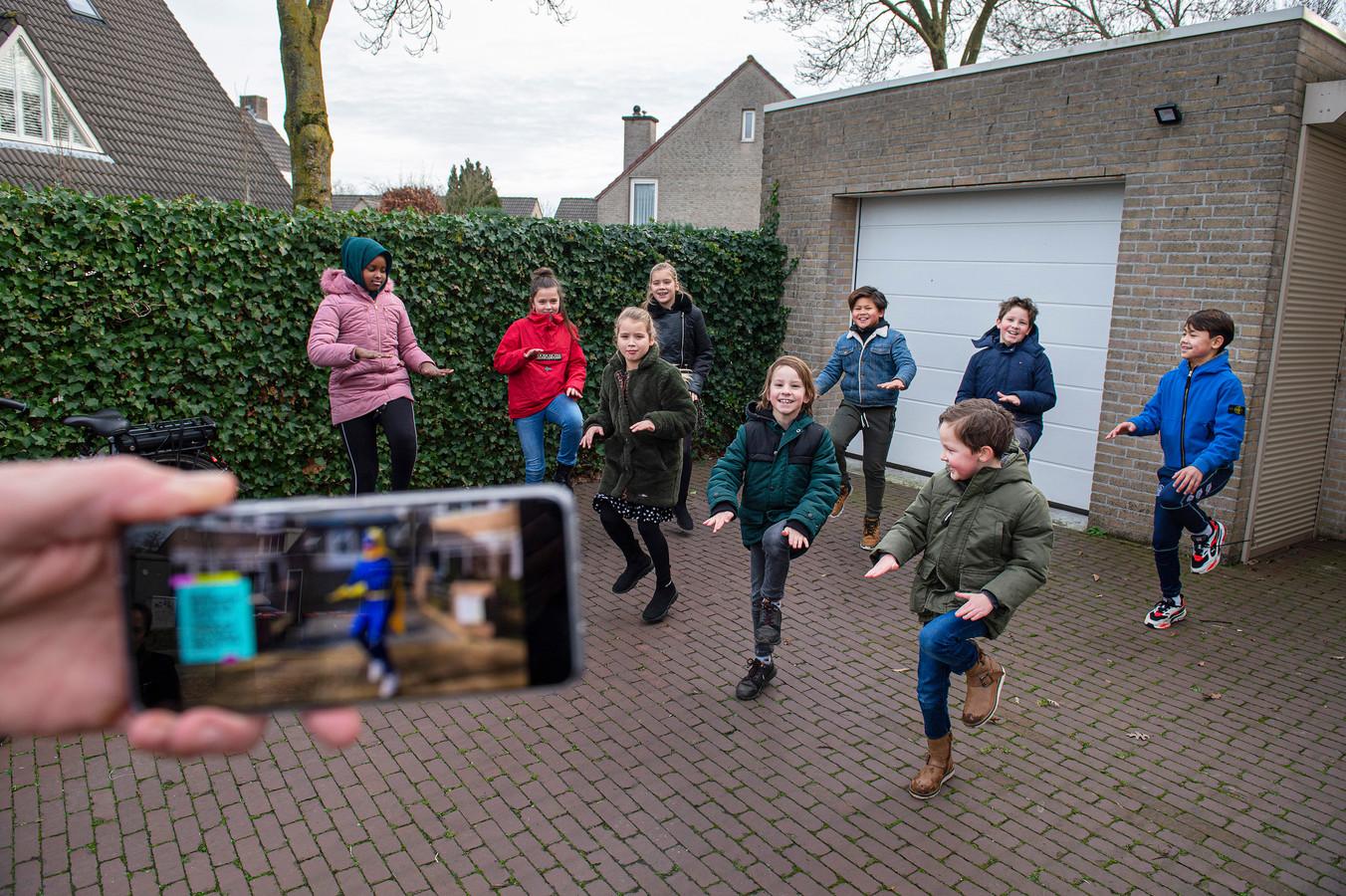 In Goirle hangen her en der QR-codes die na het scannen een bewegingsoefeningen voor de jeugd laten zien.