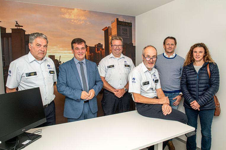 Korpschef Curd Neirynck, burgemeester Kris Declercq, commissaris Bart Muyllaert, postoverste Geert Walleys, Giovanni Nowé en Stephanie Van Hoecke in één van de nieuwe verhoorkamers.