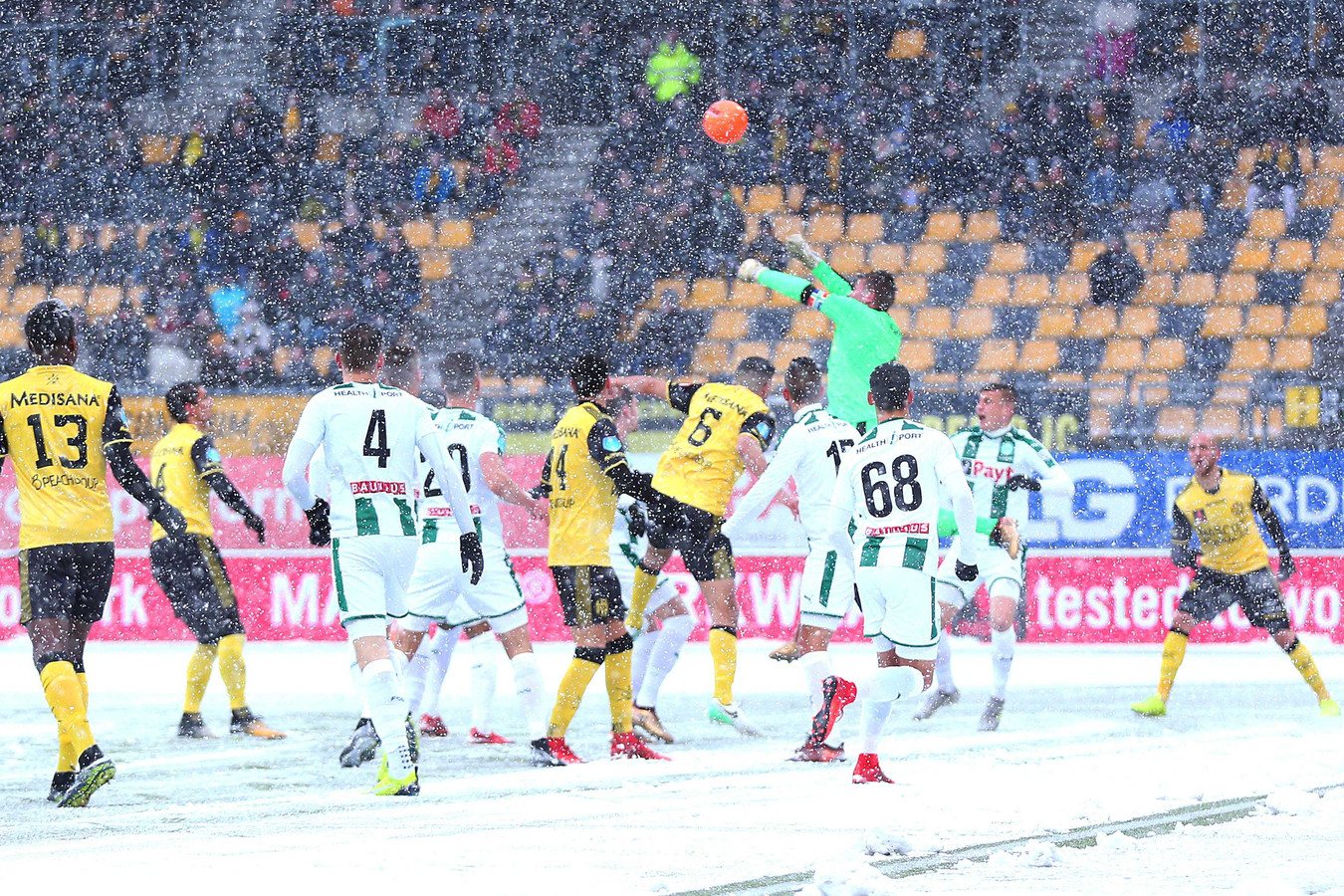 FC Groningen doelman Sergio Padt stomp de bal weg voordat Roda JC Kerkrade speler Mohamed El Makrini gevaarlijk kan worden