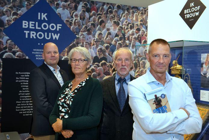 De ouders van Jeroen Severs, Greet en Henk, worden bij de boekpresentatie van Onder Vuur geflankeerd door Severs' kameraad Emiel Jansen (links) en schrijver Jim de Koning.