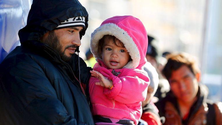 Vluchtelingen staan in de rij op een brug bij grensrivier Inn aan de Duits-Oostenrijkse grens. Beeld reuters