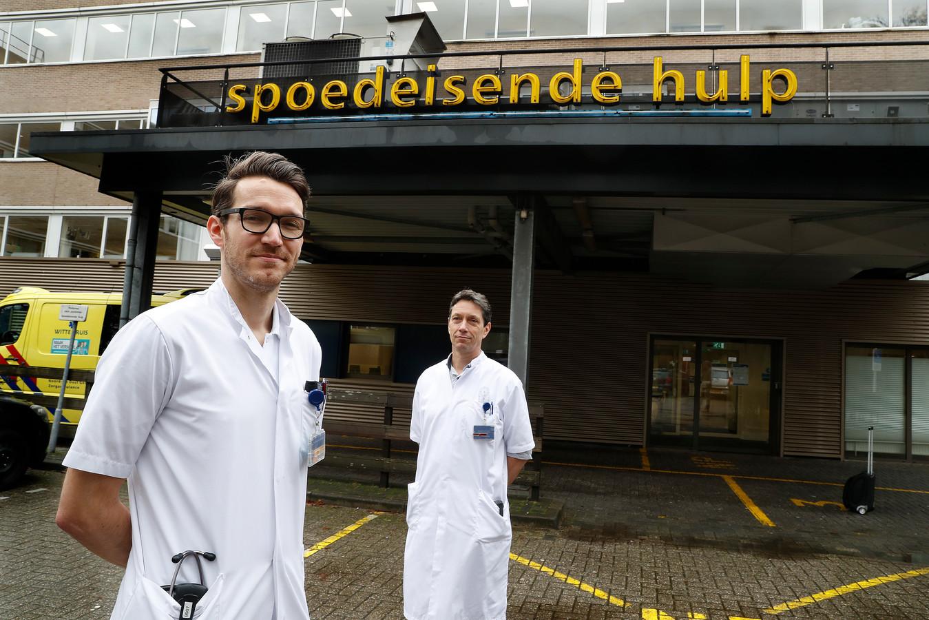 Joram Stollman (links) en Erik Staal bij de Spoedeisende Hulp in Doetinchem.