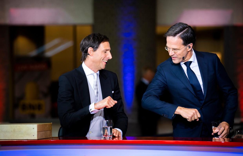 De demissionaire premier Mark Rutte en minister Wopke Hoekstra van Financiën (CDA) begroeten elkaar op Prinsjesdag.  Beeld Freek van den Bergh / de Volkskrant
