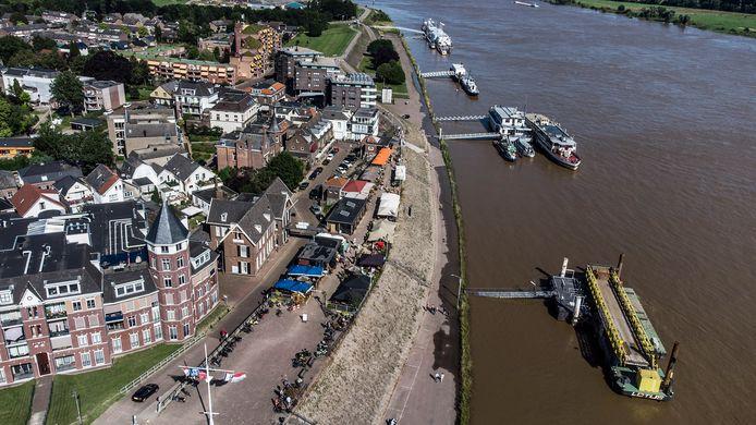 Het hoogwater in de Rijn bij Tolkamer. Op de Europakade stond op sommige plekken enkele centimeters water, maar hoger dan dit kwam het niet.