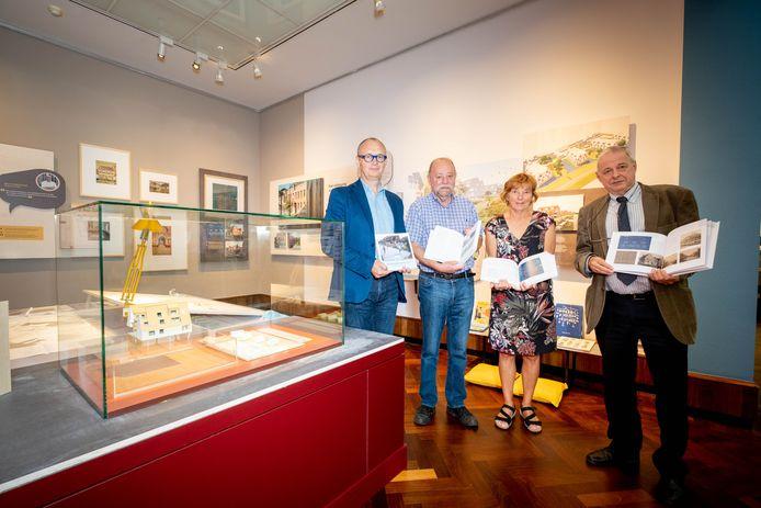 Marc Van den Eynde, Hugo De Bot, Greet Vervloet en Jan Hauwaert tonen het jubileumboek over honderd jaar sociale huisvesting in Lier.