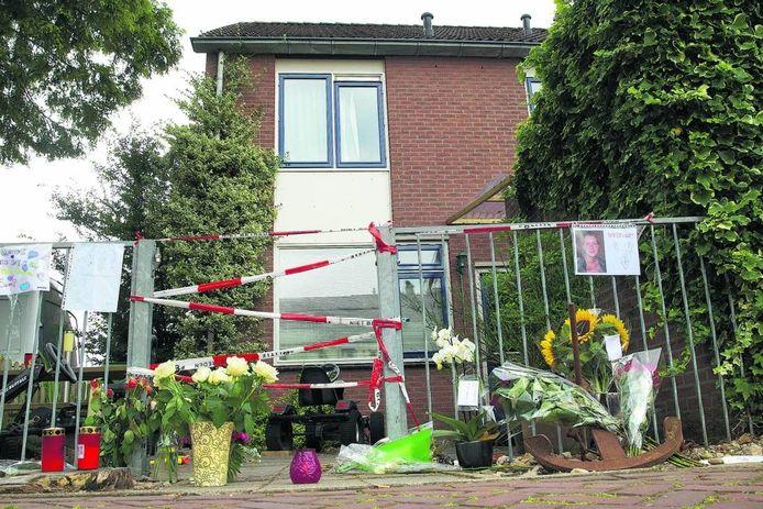 Bloemen, kindertekeningen en kaarsjes bij het huis van de vermoorde vrouw uit Zevenaar in 2013.
