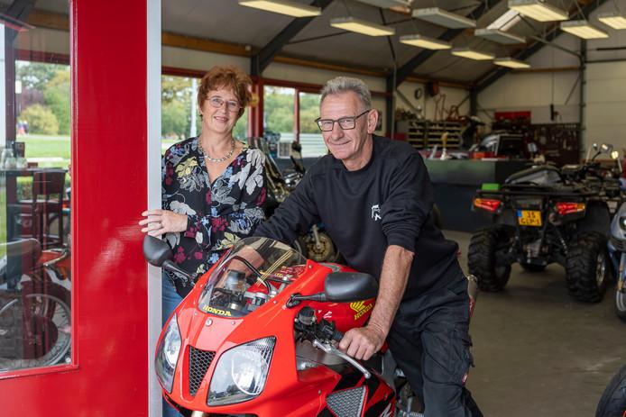 Nelleke en Wim Tamerus in hun motorzaak in Zierikzee. ,,We willen de vaste klanten niet in de steek laten.''