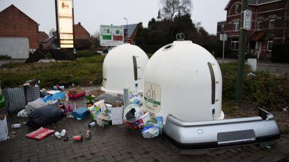 Massa afval gedumpt aan glasbollen