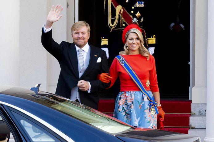 Koning Willem-Alexander en koningin Maxima vertrekken van Paleis Noordeinde naar de Grote Kerk op Prinsjesdag.