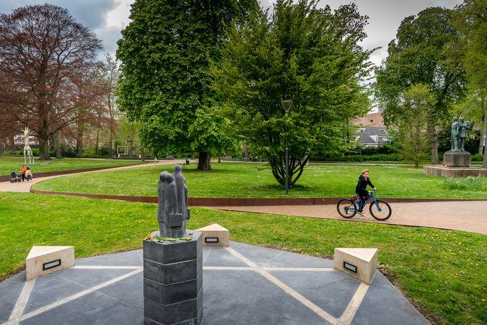 In de Casinotuin komt een monument als eerbetoon aan inwoners van Den Bosch die slachtoffer werden van het geweld tijdens de Tweede Wereldoorlog. Op de voorgrond het Joods Scholierenmonument en daarachter het verzetsmonument.