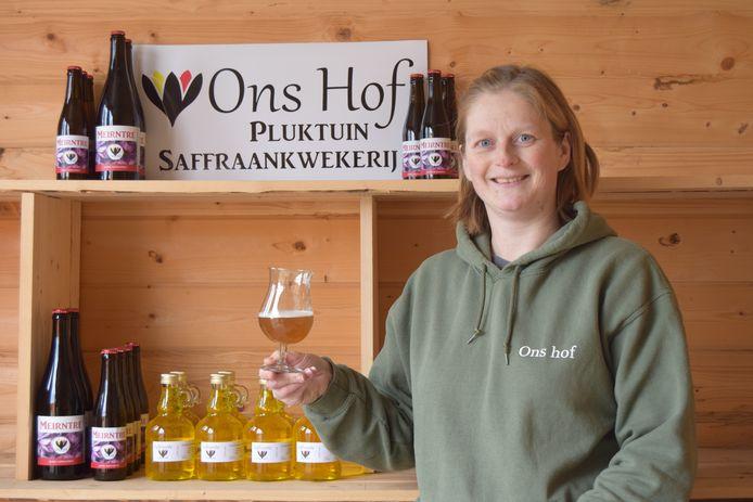 Nathalie showt het saffraanbier van Ons Hof.