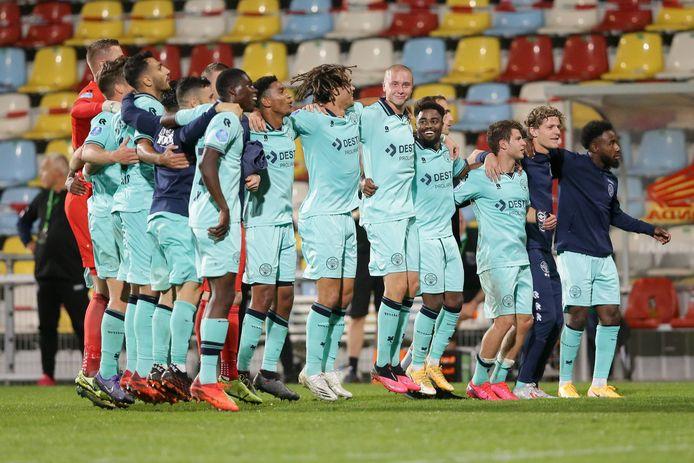 Willem II bedankt de toch meegereisde supporters na de 0-5 zege in Luxemburg.