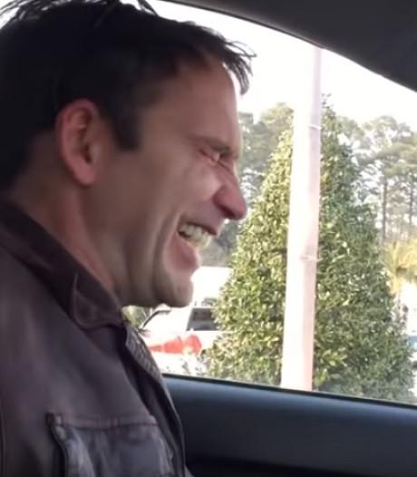Pathologische lacher schatert net als de Joker: 'Ik gierde het uit toen mijn moeder stierf'