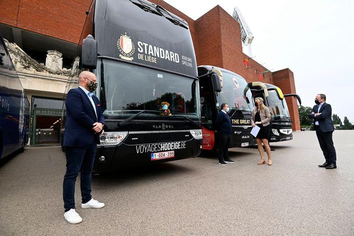 Verlinden in gesprek met de buschauffeurs.