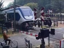 Vrouw kruipt met 'oerdomme' actie door oog van de naald op spoorwegovergang