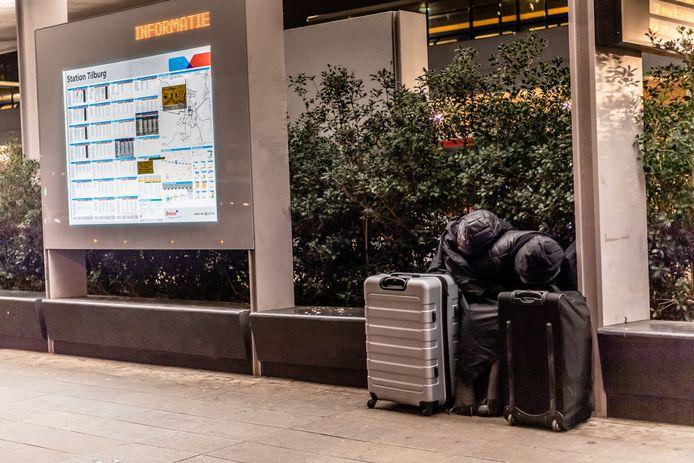 Een eenzame reiziger is in slaap gevallen voor het station in Tilburg.