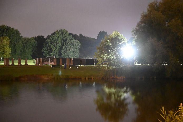 Het Schelfhorstpark in Almelo 2.00 uur zaterdagnacht. Een deel is met zwarte schermen afgezet om onderzoek te doen naar het steekincident waarbij een 54-jarige Almeloër om het leven kwam.