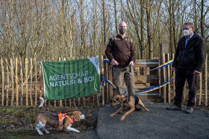 Boswachter Reinhart Cromphout  en schepen Geert Hermans bouwden een officieel moment in om de hondenweide te openen.