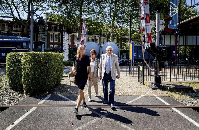 Holocaust-slachtoffer Salo Muller komt samen met zijn vrouw en advocaat Liesbeth Zegveld (links) aan bij de presentatie van het advies van de Commissie Individuele Tegemoetkoming Slachtoffers WOII Transporten NS.