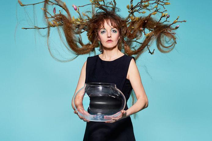 Cabaretier Sanne Wallis de Vries geeft met haar voorstelling 'Kom' de aftrap voor een nieuw theaterseizoen bij Parkvilla.