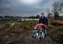 Joost Verschuure met zijn zonen Cis (9) en Joes (4) en hond Baxter. Het gezin kijkt vanuit de achtertuin uit op zonnepark De Vlaas in Deurne.