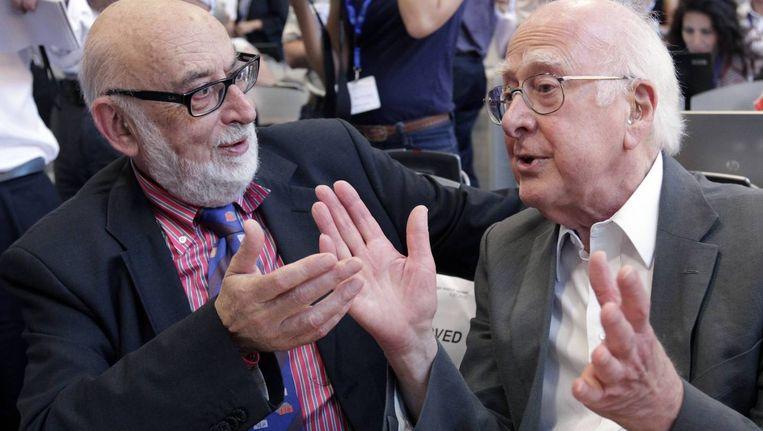 Peter Higgs (rechts) in 2012 met de mede-ontdekker van het higgsdeeltje, François Englert. Beeld Reuters