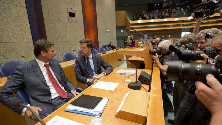 Vice-premier Verhagen en premier Rutte bij aanvang van het debat. Beeld ANP