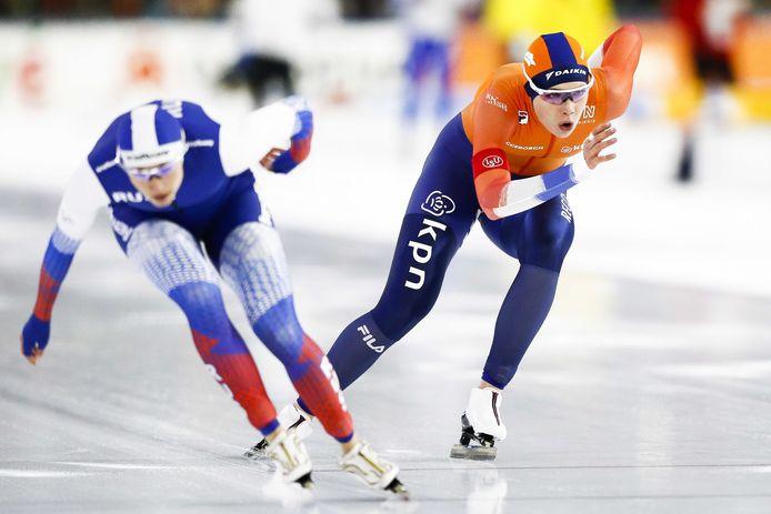 Jutta Leerdam in actie op de 1000 meter tegen Yekaterina Shikhova.