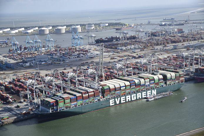 Le navire de 400 mètres et d'une capacité de 200.000 tonnes est entré jeudi dans le port européen aux environ de 3H00 GMT.