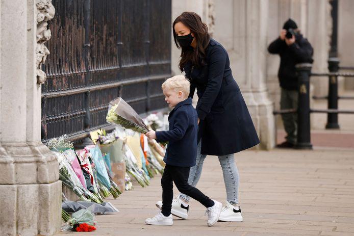 Bij Buckingham Palace ontstaat een bloemenzee van medeleven.