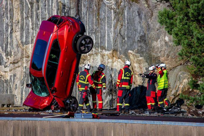 Zo ziet een auto eruit nadat deze van dertig meter hoogte te pletter is geslagen