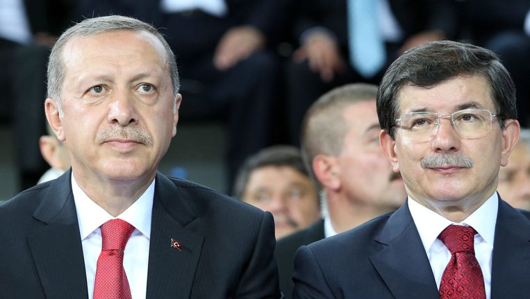 Ahmet Davutoglu (r) met president Erdogan. Beeld epa