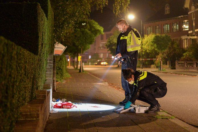 Agenten onderzoeken aan de Generaal van Swietenlaan de plek waar het slachtoffer hulp kreeg. Hij werd even verderop in zijn been gestoken.