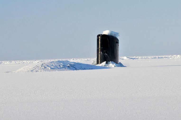 Een Amerikaanse onderzeeër breekt met geweld door het Arctisch ijs. In de toekomst is het misschien mogelijk om ijs te breken door er onderdoor te varen met een duikboot.  Beeld Getty Images
