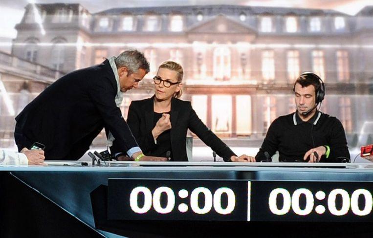 Voorbereidingen in de tv-studio in La Plaine Saint Denis, waar vanavond om 21:00 uur het debat van start gaat. Beeld afp