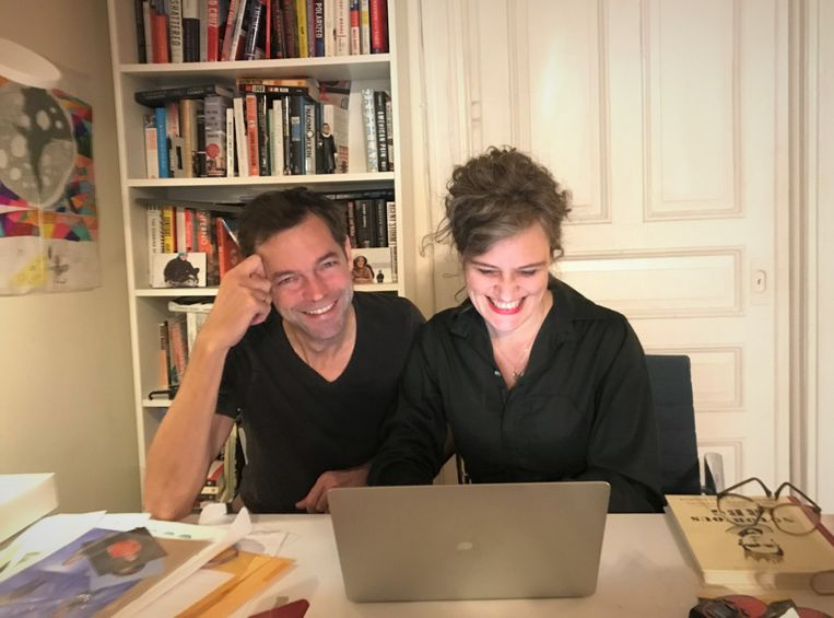 Verslaggevers Michael Persson en Anne van Driel aan het werk aan hun keukentafel. Beeld Olek Persson