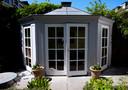 Het door partner Frits zelf gebouwde tuinhuisje.