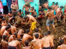 Les hommes de ce petit village indien participent chaque année à une bataille de bouses de vache