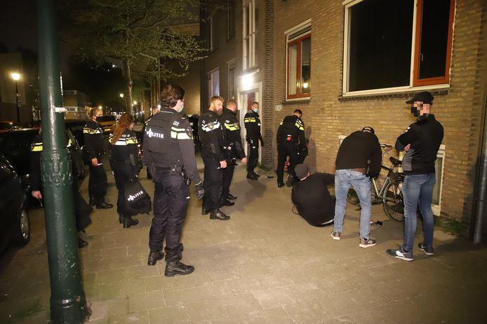 Acht personen uit woning gehaald na melding van geluidsoverlast Van Drieststraat Den Haag.