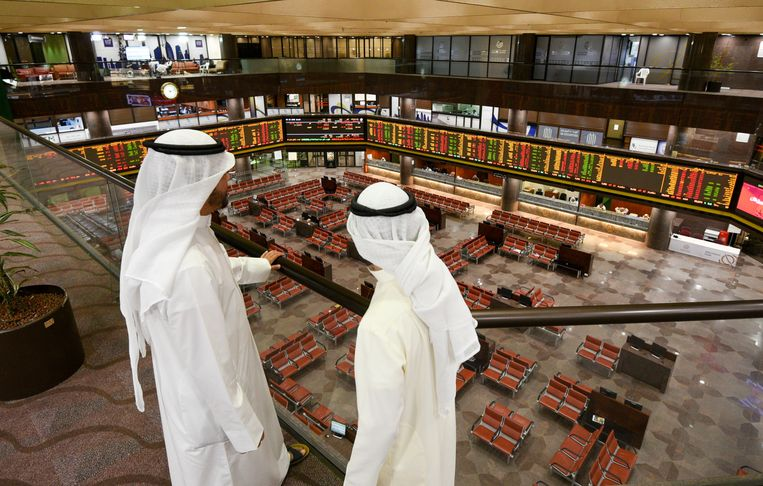 De beurzen, zoals hier in Koeweit, vallen stil door de kelderende olieprijs. Beeld EPA